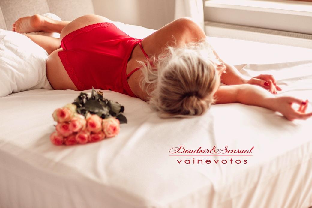 Boudoir Fotoshooting mit Rosen auf Bett
